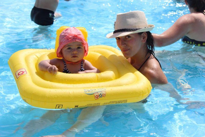 Avec ma maman vacances notre petite cacahu te et for Accoucher dans une piscine