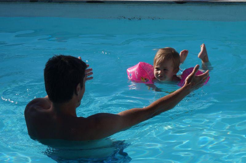 Dans la piscine karine st phane cl ment et pauline for Accouchement en piscine