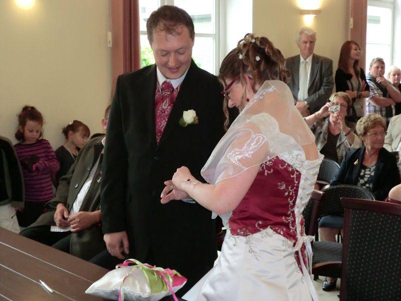 Je lui remet son alliance carole et vincent mariage le 13 ao t 2011 - Je coupe le son et je remet le son ...